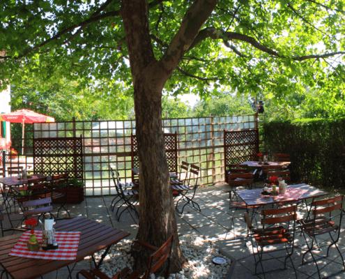 Der schattige Gastgarten im Chadim